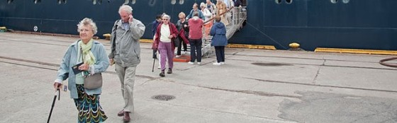 elderly-cruise-passengers-disembarking-in-norway-bm40nb